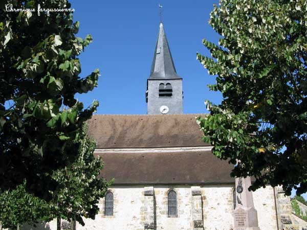 Eglise de Senlisse, meulière, une nef à chevet plat flanquée de deux bas côtés