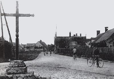 Calvaire et place des fêtes - Saint-Benoist - circa 1930